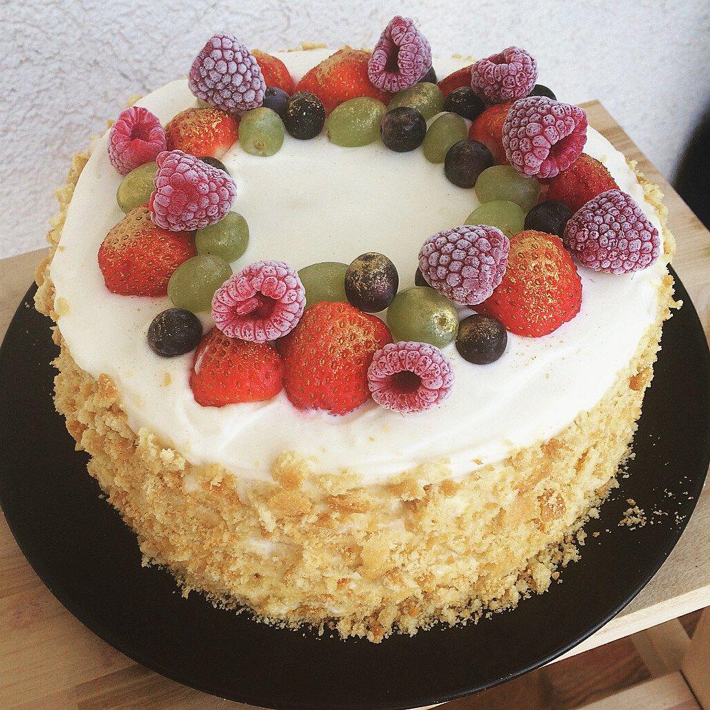 Медовый торт с ягодами