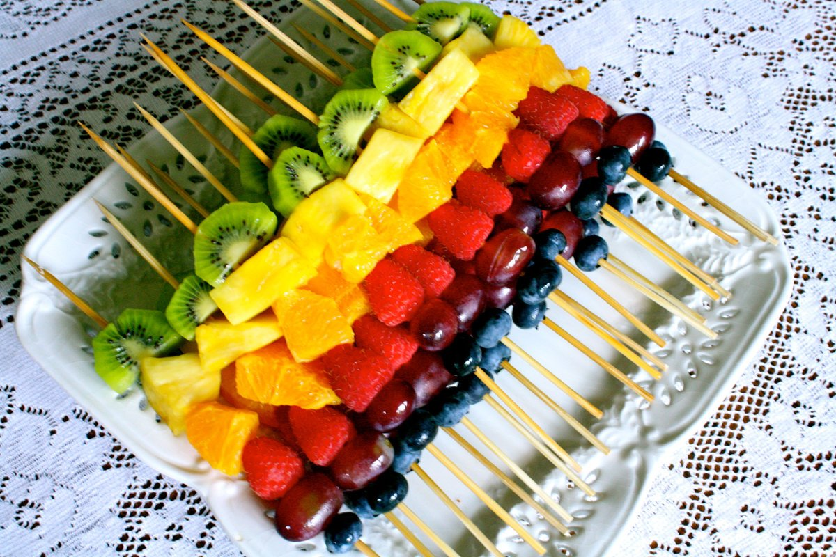 Нарезка фруктов на шпажках