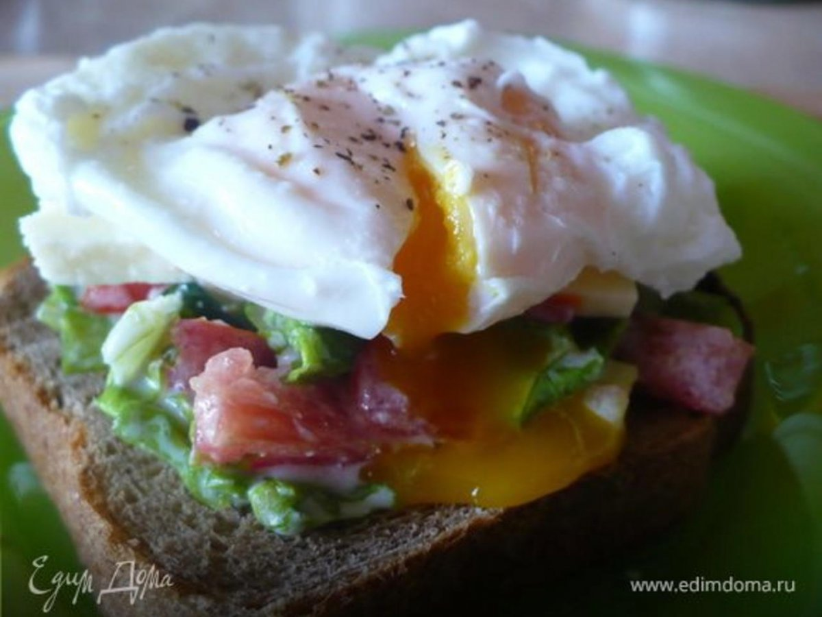 Бутерброд с рыбой и яйцом пашот