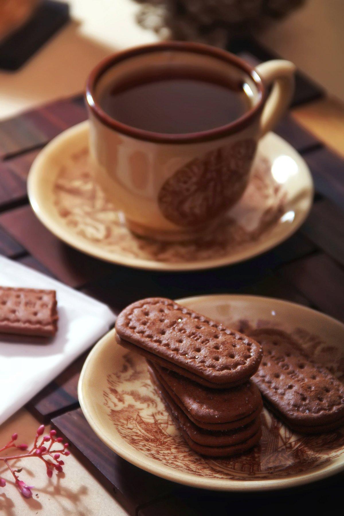 Чашка кофе с шоколадкой