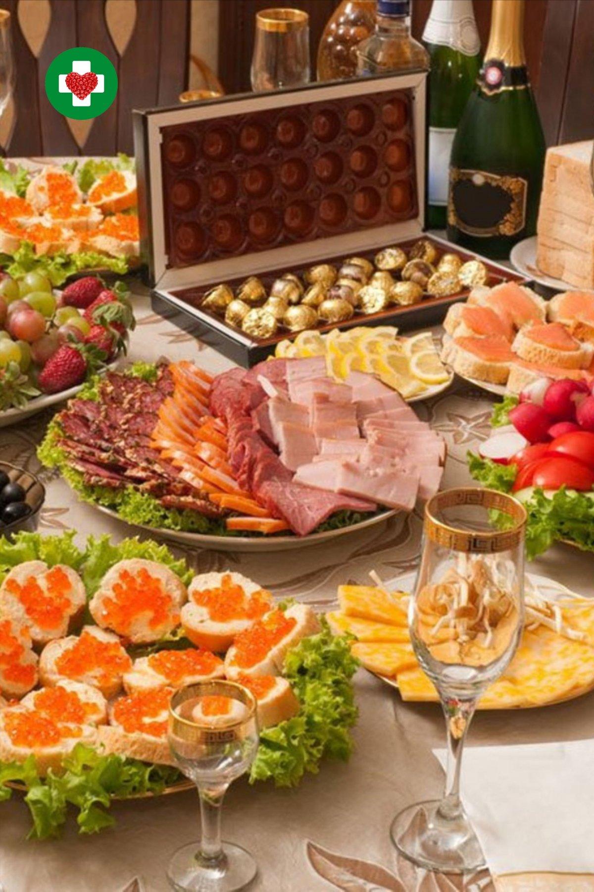 Шикарный стол с едой и выпивкой